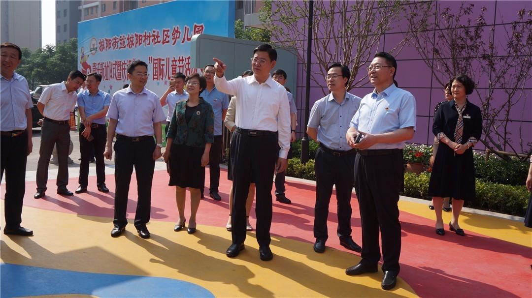 区委书记王波莅临城阳村社区幼儿园走访看望